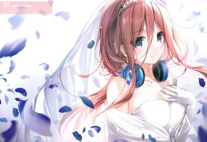 Rating: Safe Score: 67 Tags: blue_eyes breast_hold breasts brown_hair cleavage close go-toubun_no_hanayome headdress headphones karory long_hair nakano_miku scan wedding_attire User: BattlequeenYume