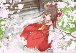Rating: Safe Score: 83 Tags: bow brown_hair cherry_blossoms flowers hakurei_reimu japanese_clothes long_hair miko na_kyo petals touhou yellow_eyes User: 蕾咪